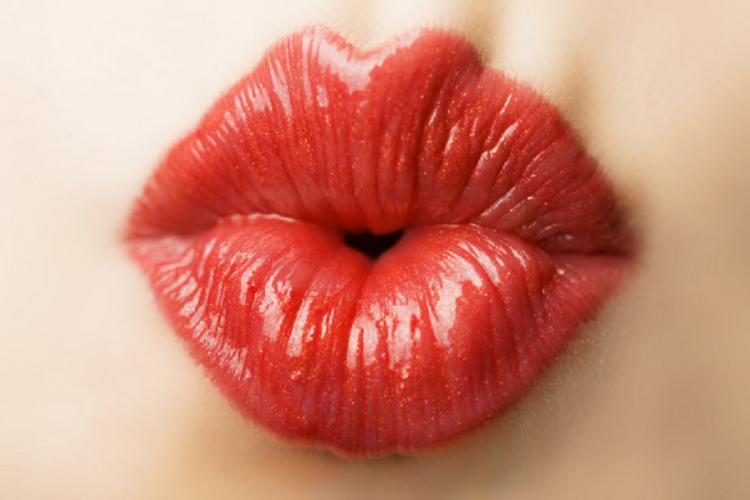 Beijo no carnaval: especialista alerta para riscos e dá dicas de prevenção
