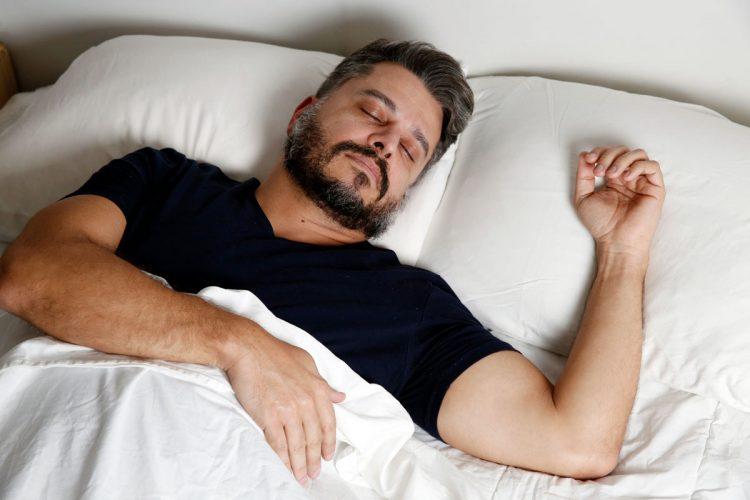 8 estratégias para parar de roncar mais rápido